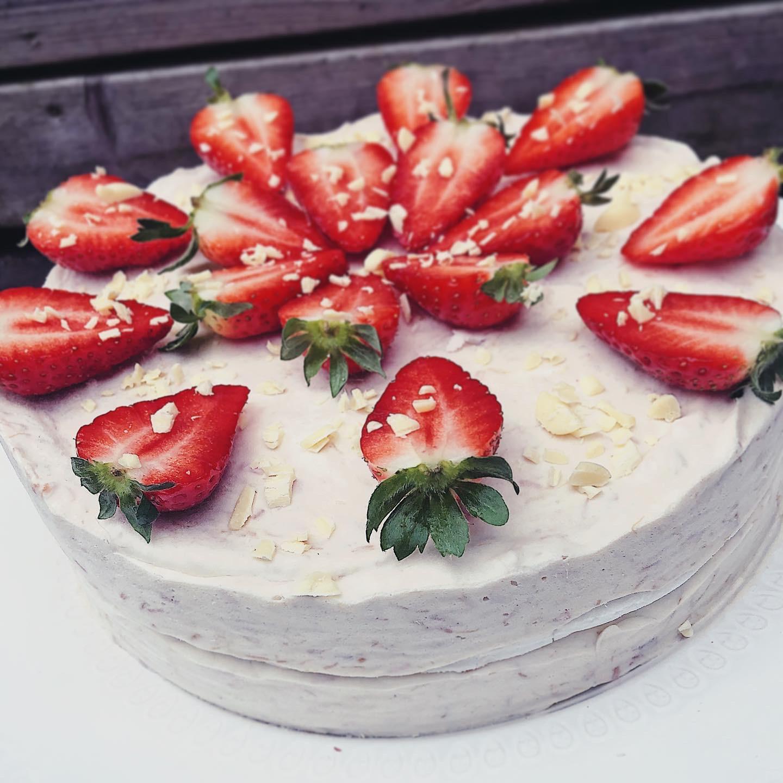Glasstårta med maräng jordgubb rabarber och vit choklad