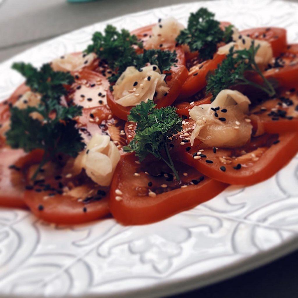 Asiatisk tomatsallad med inlagd ingefära och sesam