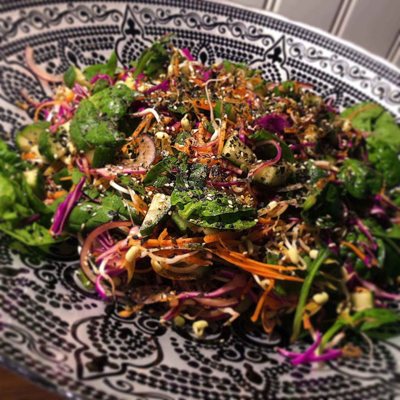 Asiatisk Rawfoodsallad med Ponzudressing och Furikake