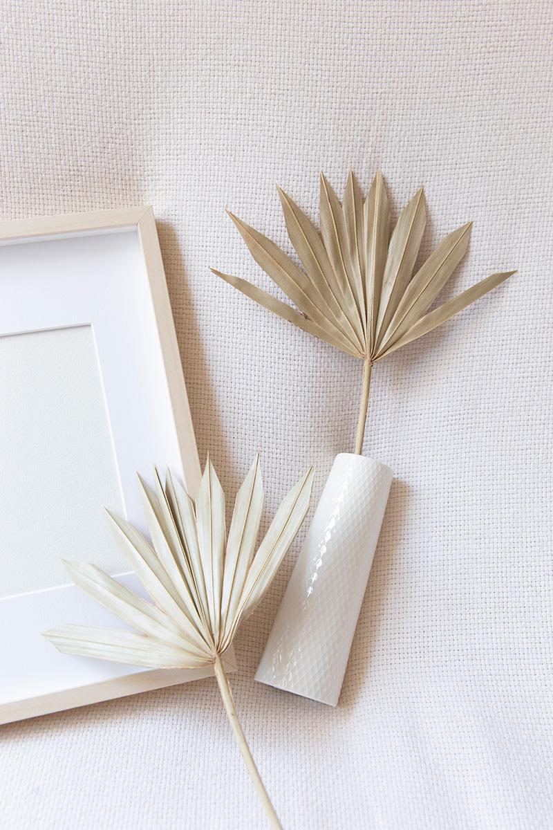 Mise en scène photographique déco avec des feuilles de palmier réalisée par la Visual Storyteller Mathilde Troussard