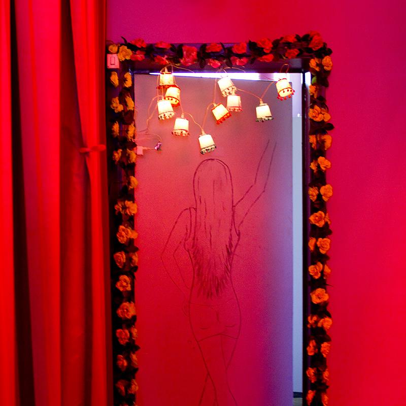 Photographie documentaire issue de la série La parole aux femmes prostituées réalisée par Mathilde Troussard