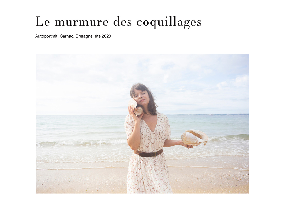 Le murmure des coquillages, autoportrait réalisé à Carnac à la plage par la photographe Mathilde Troussard
