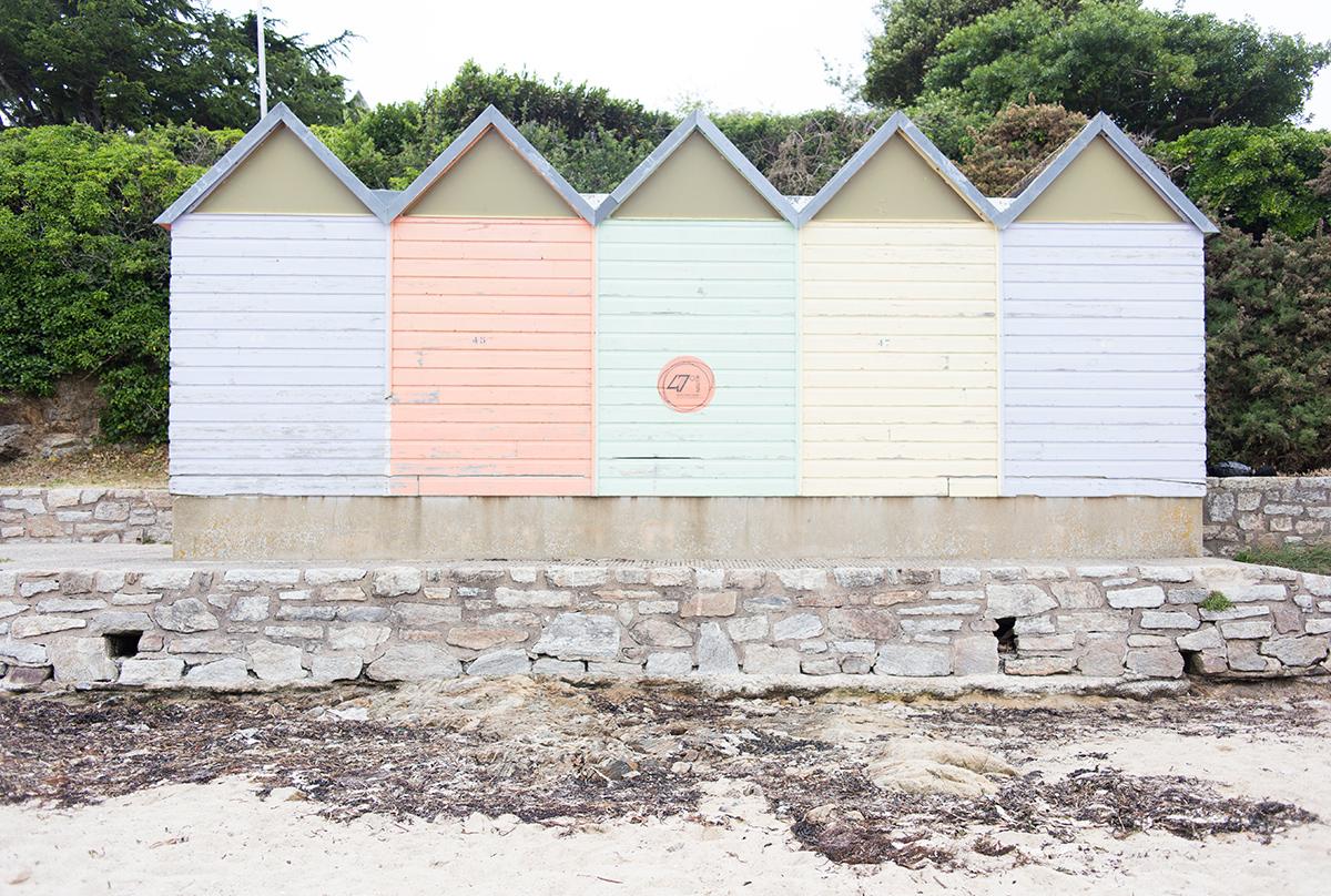 Photographie de cabanons de plage réalisée à l'île aux moines par la photographe Mathilde Troussard