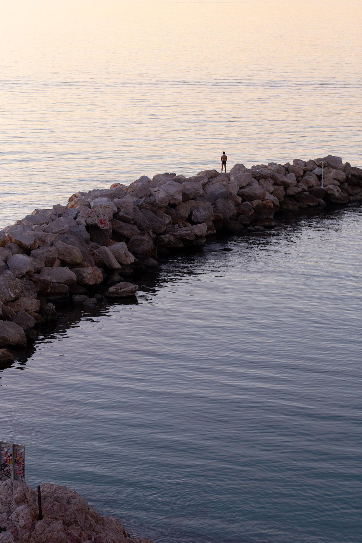 Photographie d'un coucher de soleil depuis la Corniche Kennedy à Marseille réalisée par la photographe Mathilde Troussard