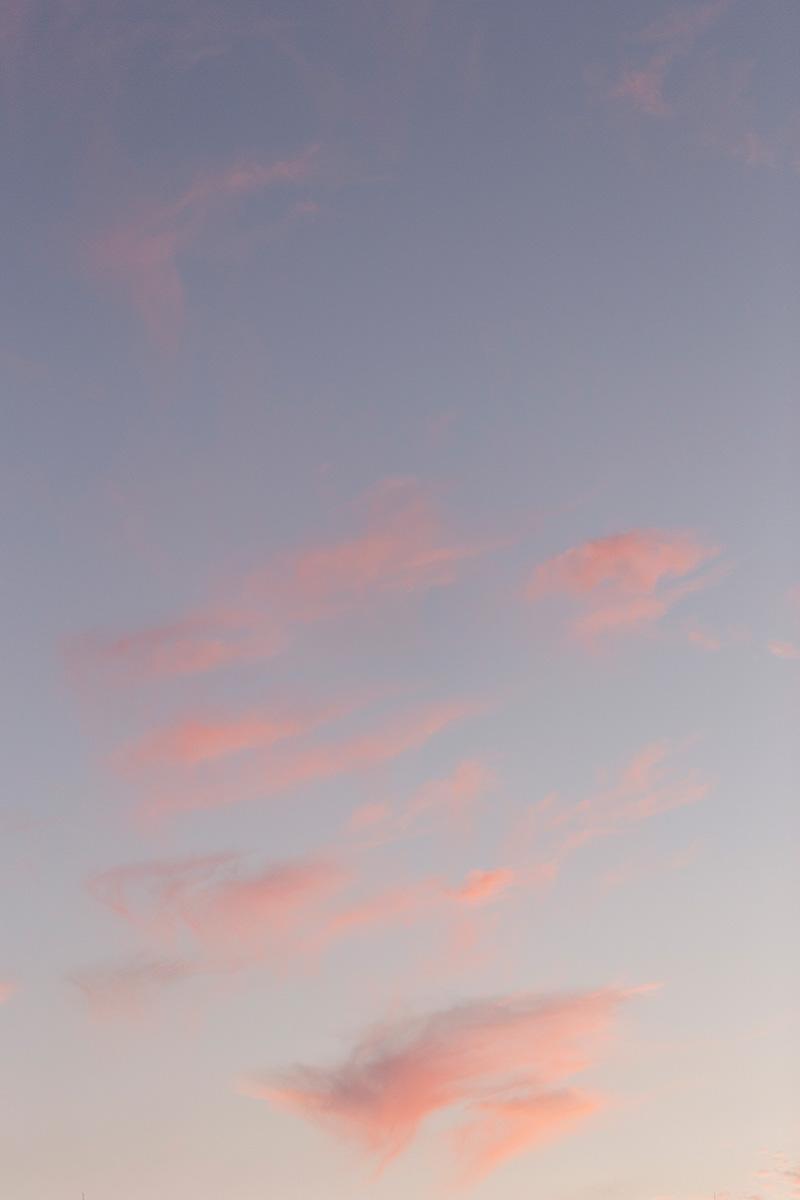 Photographie de ciel et nuages roses à Marseille réalisée par la Visual Storyteller Mathilde Troussard