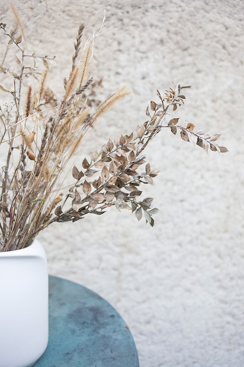 Photographie déco d'un vase avec des fleurs séchées réalisée par la Visual Storyteller Mathilde Troussard