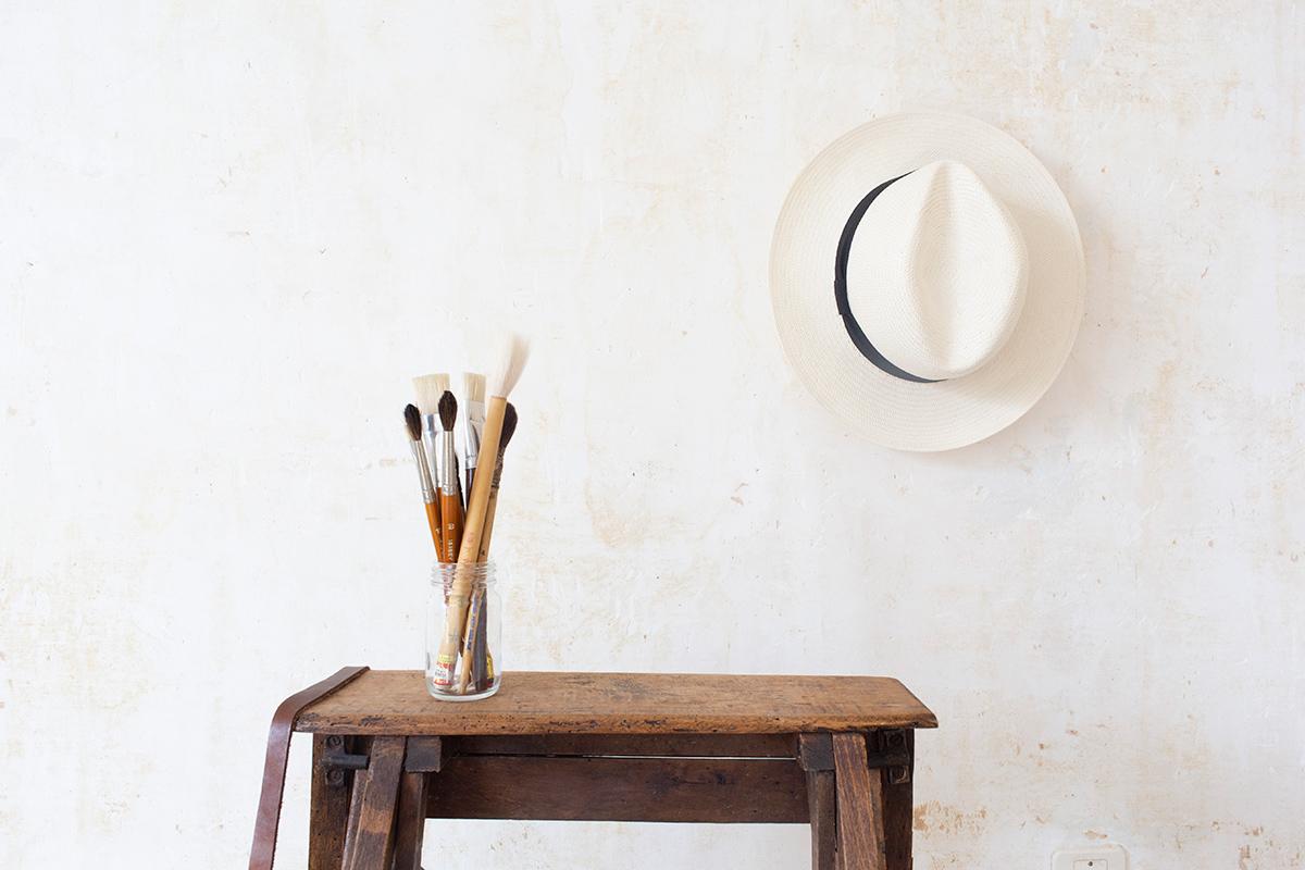 Pinceaux et chapeau de paille, mise en scène photographique provençale réalisée par la Visual Storyteller Mathilde Troussard