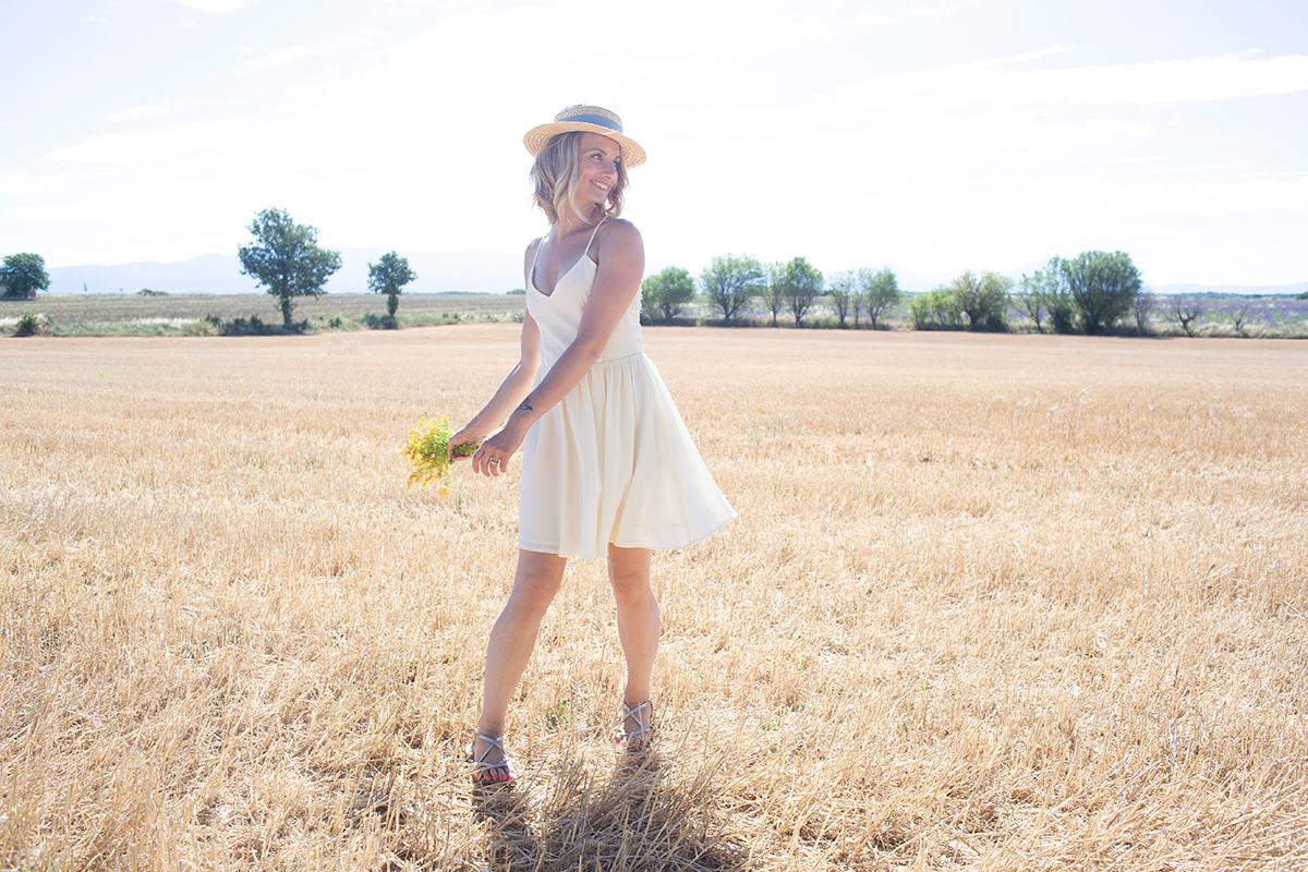 Summer Tale, Danse dans les champs de blé, photographie réalisée par la Visual Storyteller Mathilde Troussard