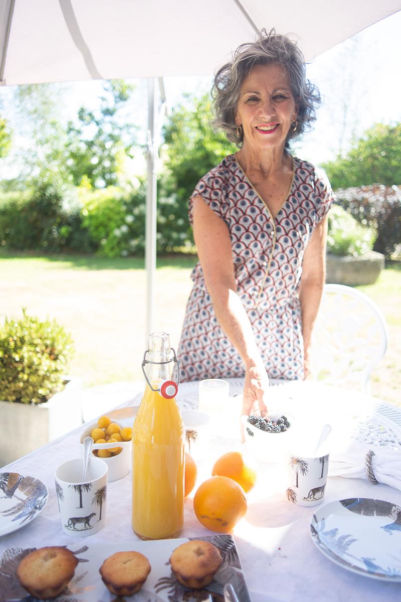 Portrait de Marie-France Guilchet préparant le petit déjeuner de sa chambre d'hôte Alcove et Agapes à Langonnet réalisé par la photographe Mathilde Troussard