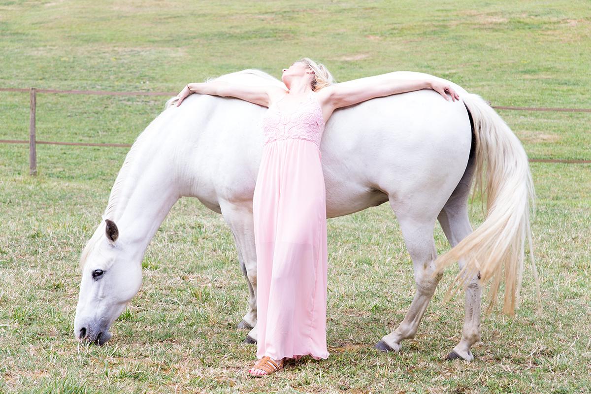 La belle et son cheval, photographie de mode réalisée par la Visual Storyteller Mathilde Troussard