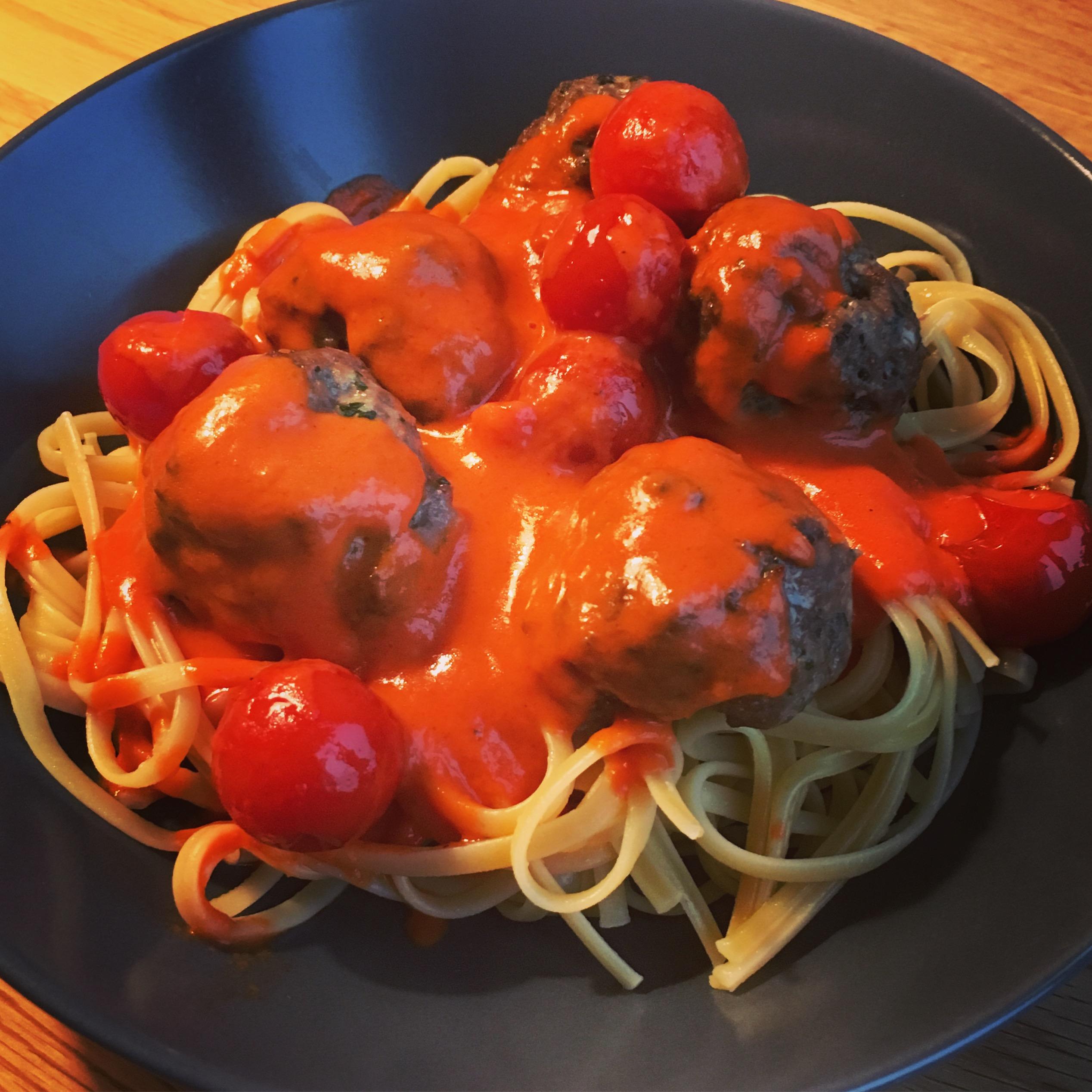 Italienska köttbullar med smörkokta tomater
