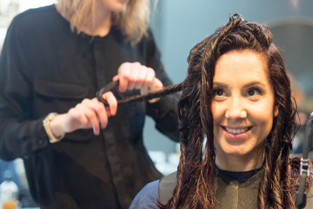 Färgar håret med växtfärg