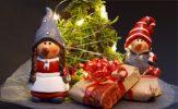 Två små tomtar med julklappar och julgran