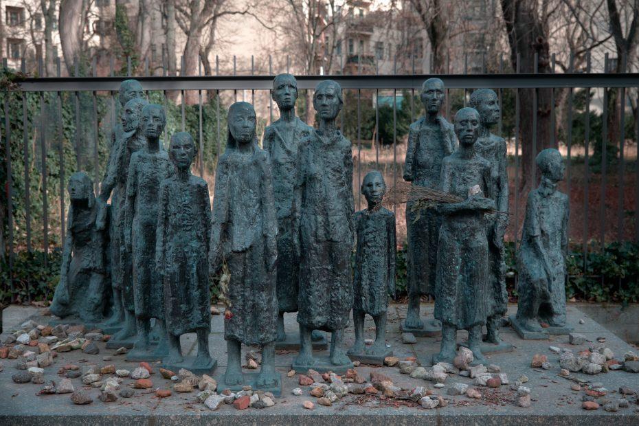 Bronze-Denkmal vor dem jüdischen Friedhof in der Großen Hamburger Straße. Zu sehen sind 13 ausgemergelte Figuren. Unter ihnen viele Kinder.