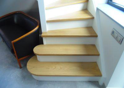 Escalier laqué blanc et marches en chêne - Menuiserie Charlier