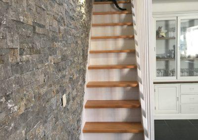 Escalier laqué blanc avec marches en hêtre - Menuiserie Charlier