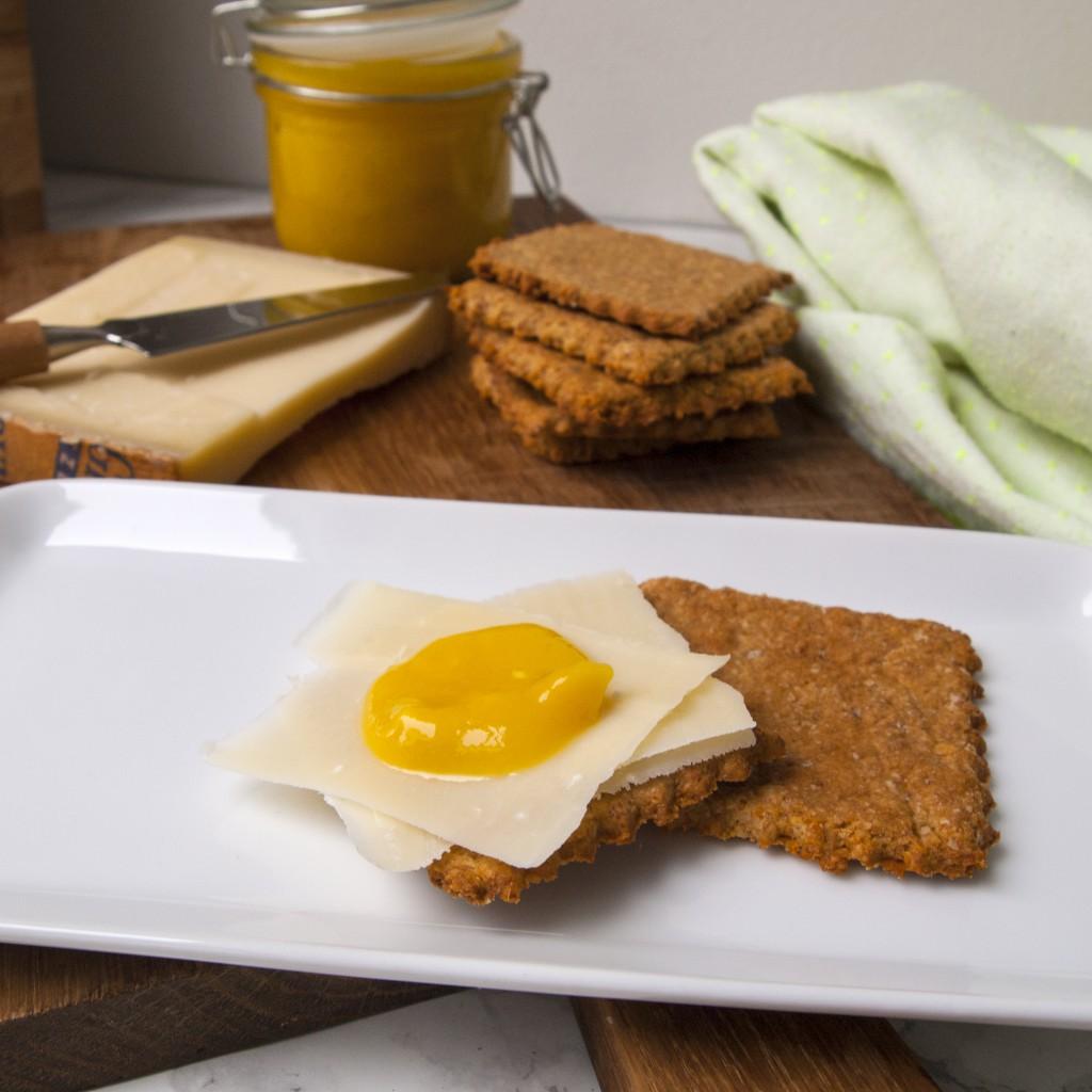 Havre og nøttekjeks med Gruyere ost og hjemmelaget mango chutney - snadder