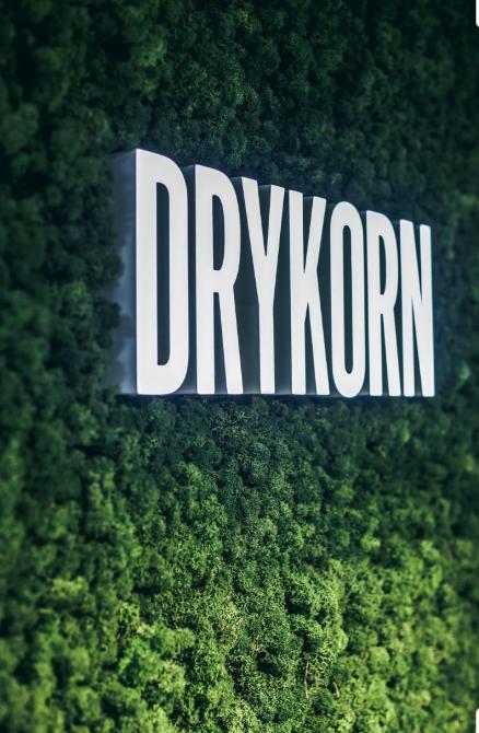 Drykorn logo op een onderhoudsvrije moswand