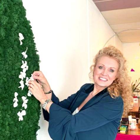 Anja Westerduin zelf aan het werk met de finishing touche.