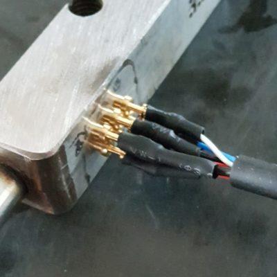 overmolding van metalen contactpinnen