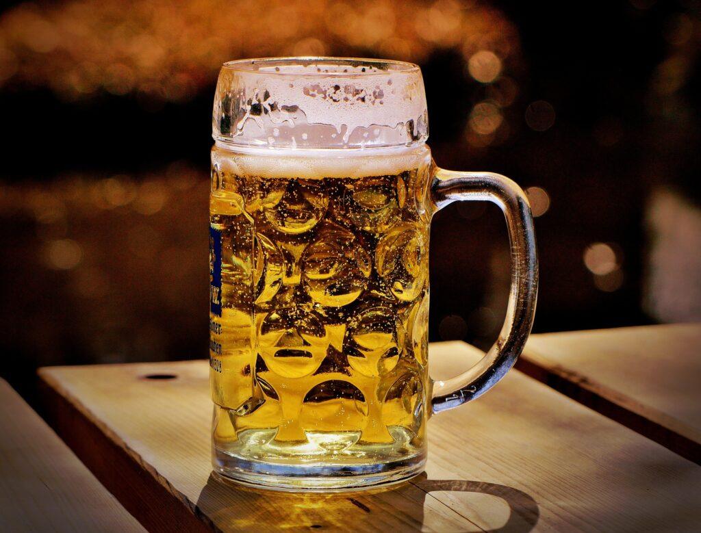 Kühles, frisch gezapftes Bier