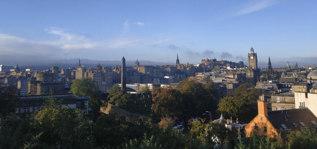 Una vista aérea de la ciudad de Edimburgo, de donde procede la receta de hoy de pollo a la miel.