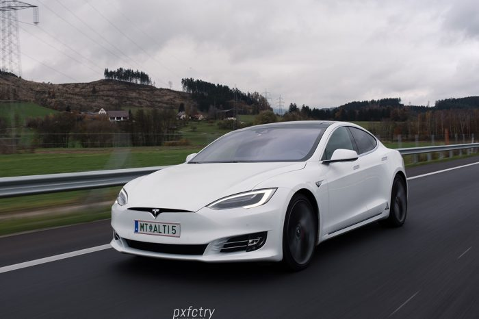 Tesla Model S P90DL (762PS)