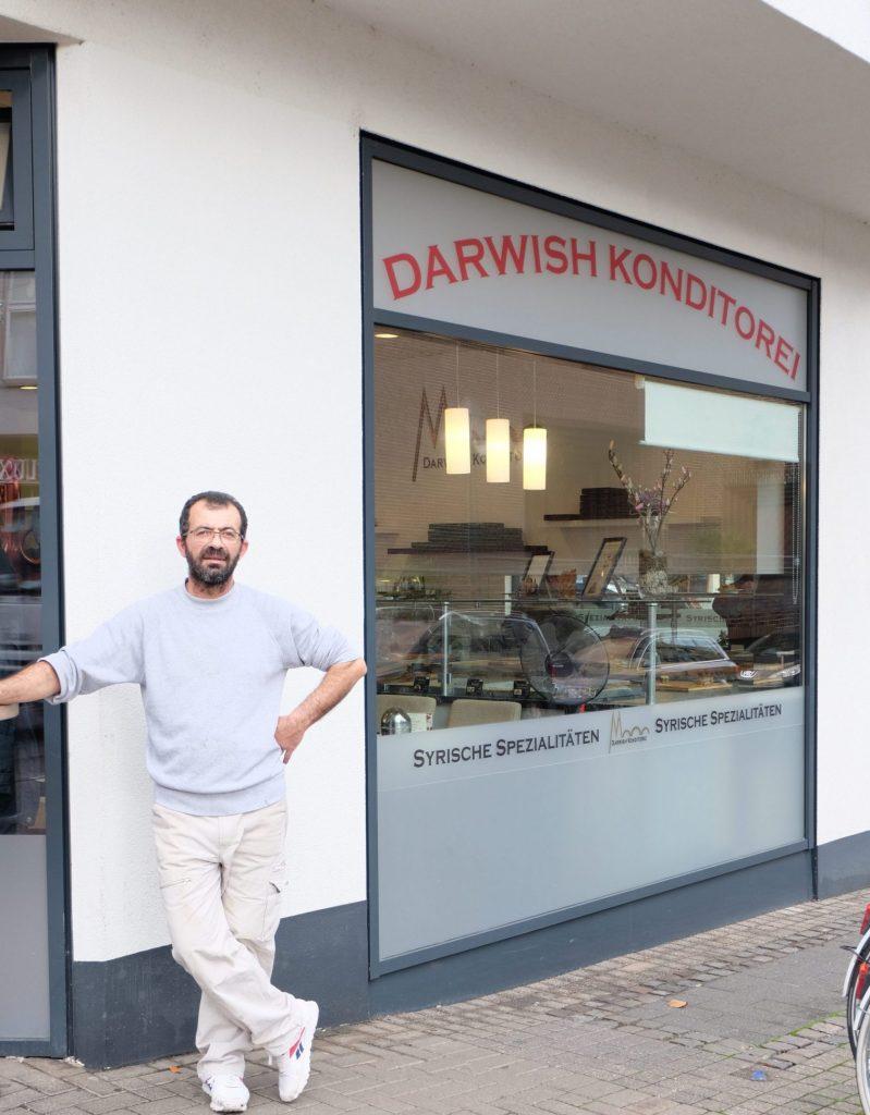 """Ali Darwish vor seiner syrischen Konditorei """"Darwish Sweets"""" in Köln. Gründung 2018. Bei ActNow seit 2016"""
