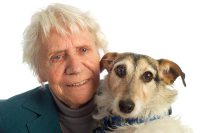 bejaarde-met-hond-17641754