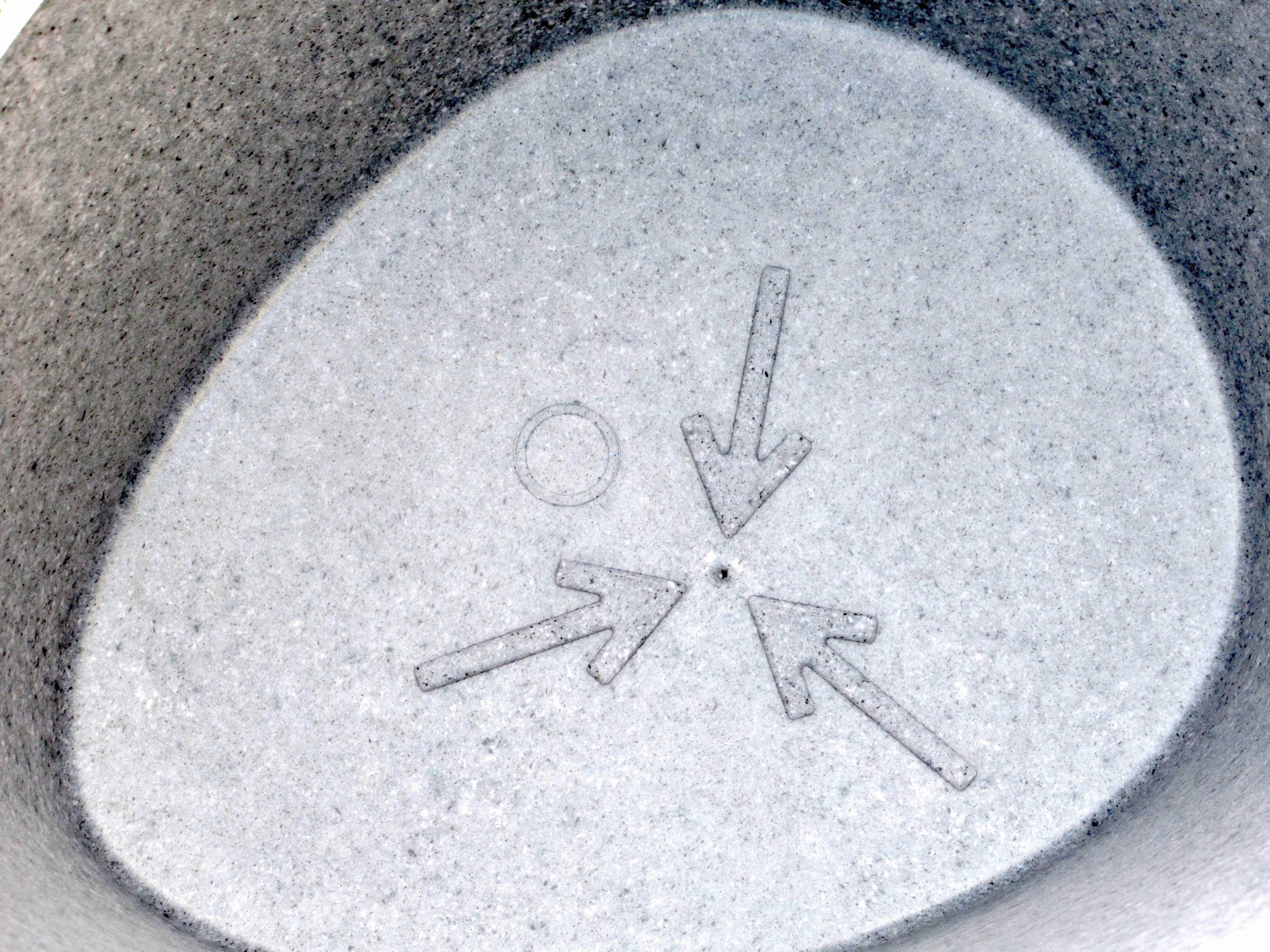 Markering toont waar gaatje geboord mag worden ter ontwatering bloembak bij buitengebruik
