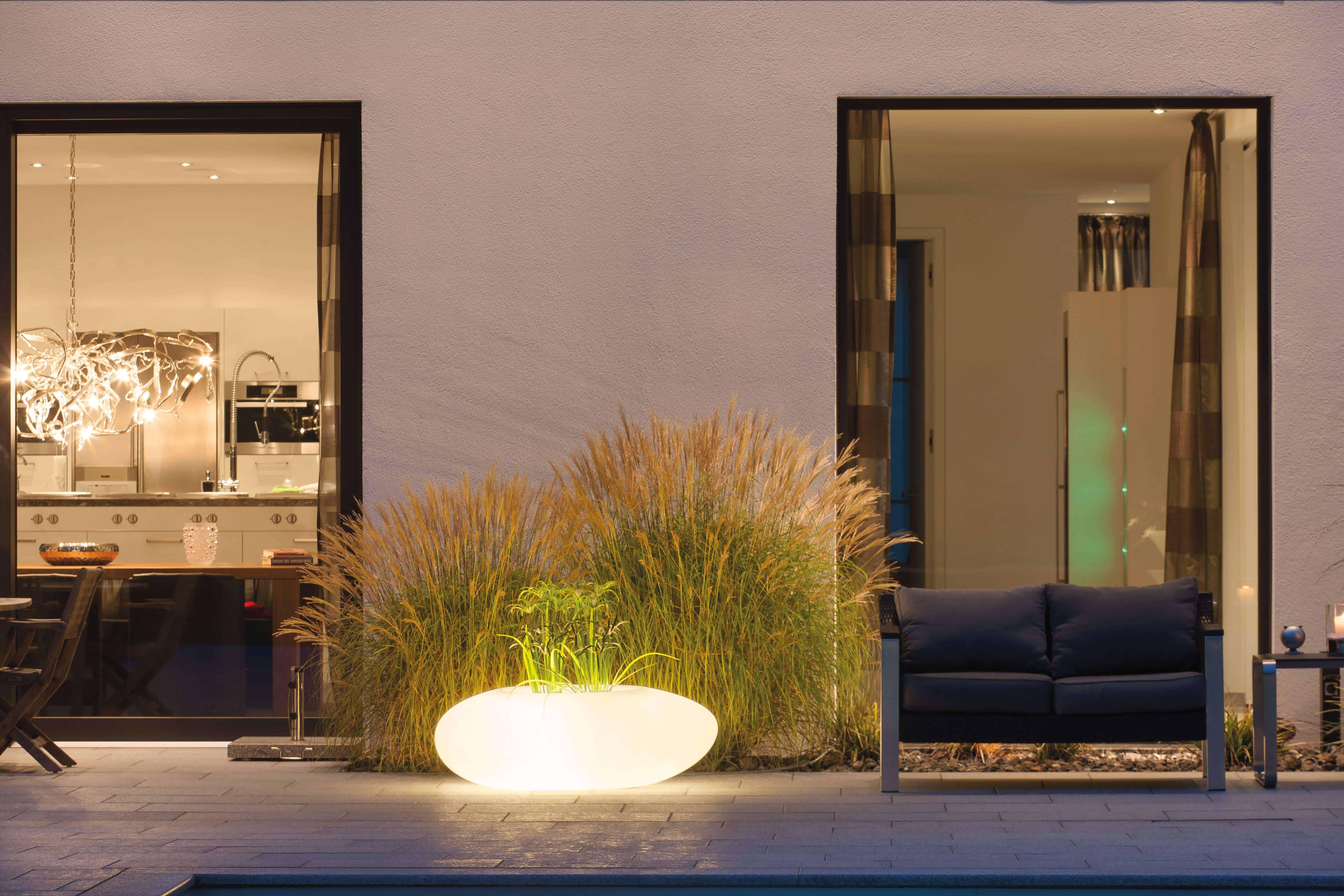 Verlichte bloempot/bloembak kleurt het terras mooi in