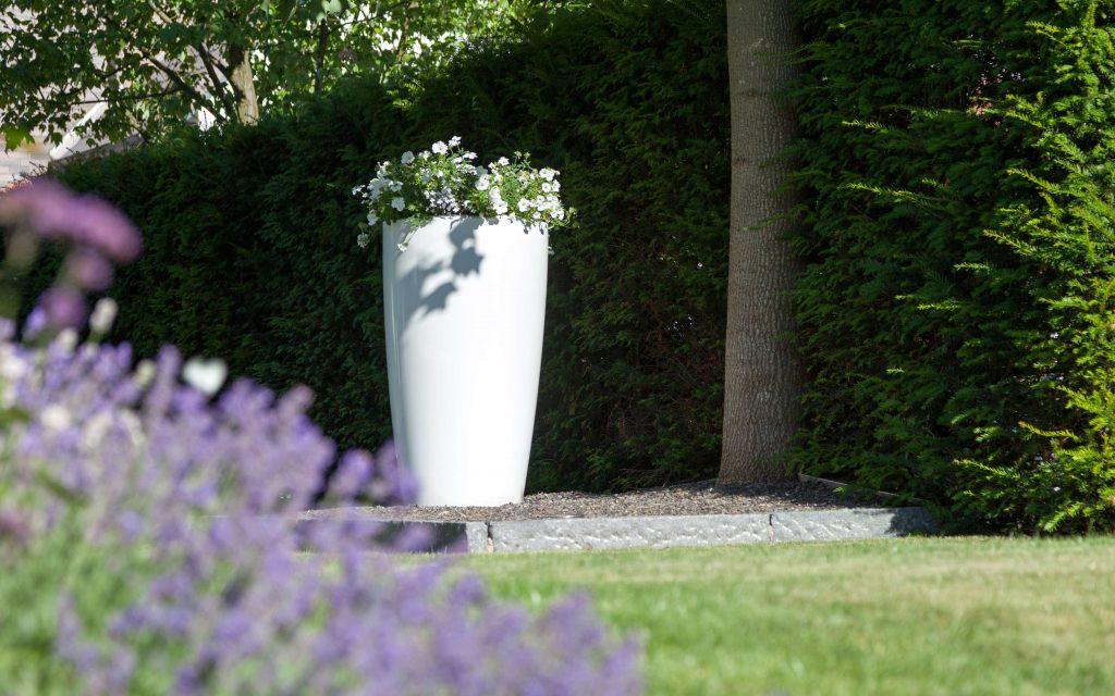 Rovio III bloempot in witte uitvoering in de tuin