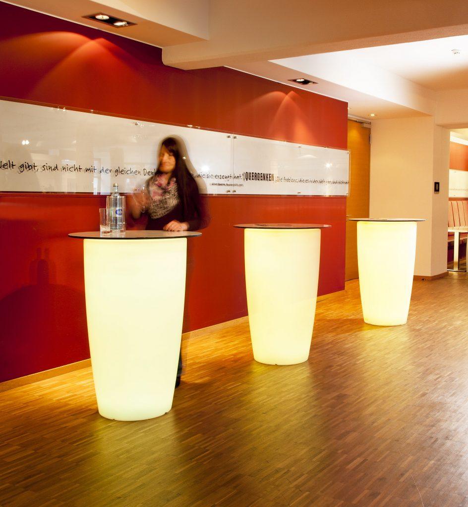 Rovio omgetuned tot stijlvolle staantafels