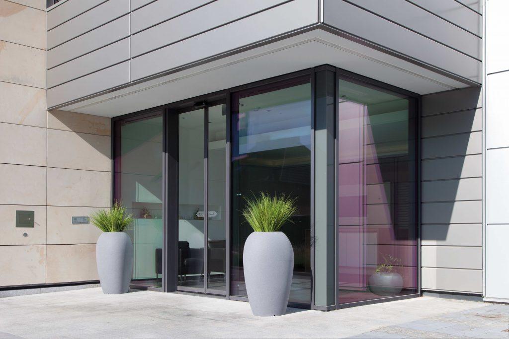 Storus V brengt als hoge bloembak gezelligheid in private en publieke ruimten, binnen en buiten. Zo ook aan deze inkom