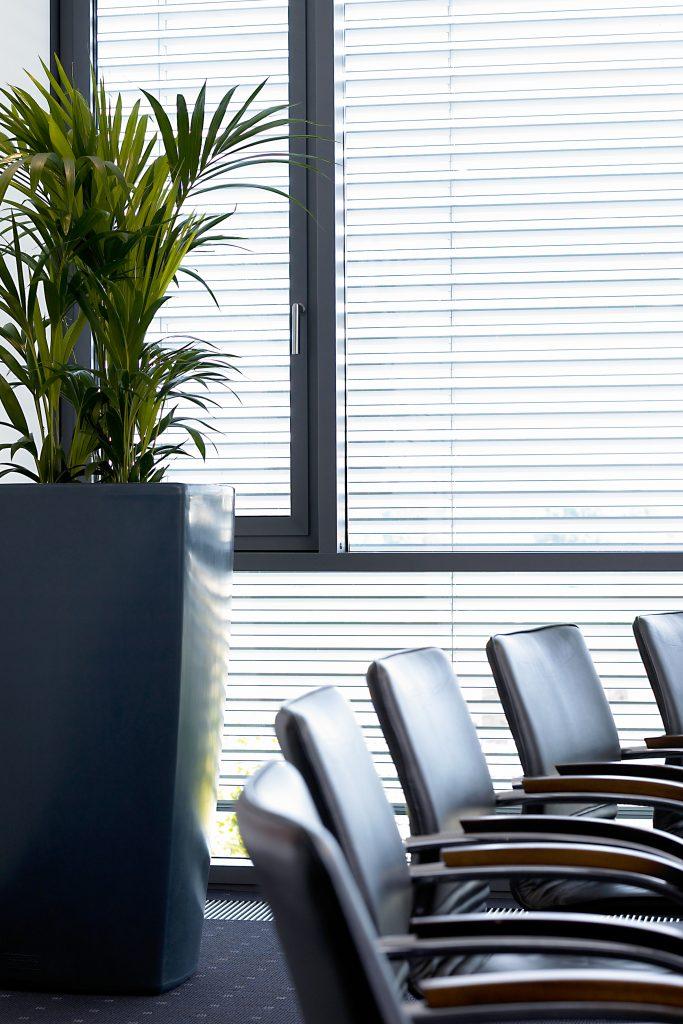 Trevia III Antracietgrijs bloembak staat mooi op bureau en in de vergaderzaal