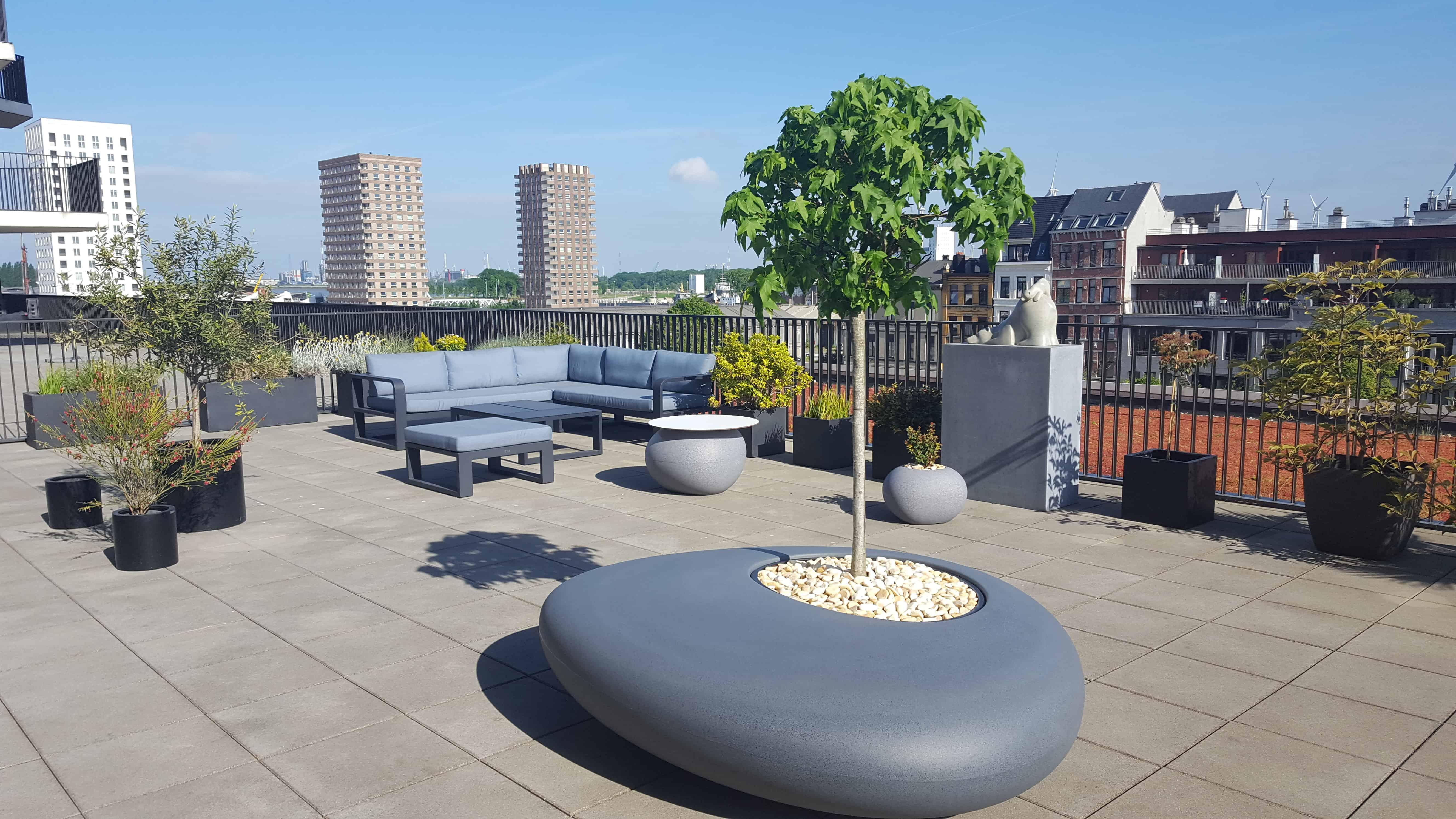 Bloembak als designobject in de vorm van rivierkei op dakterras