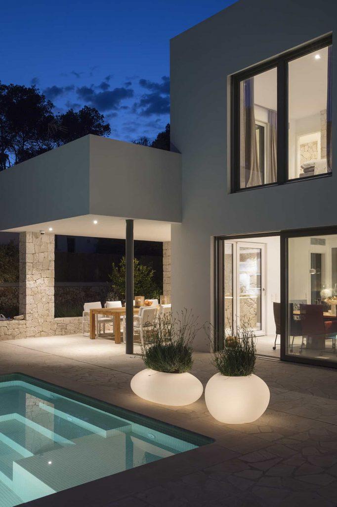 Moderne woning met feeërike verlichting