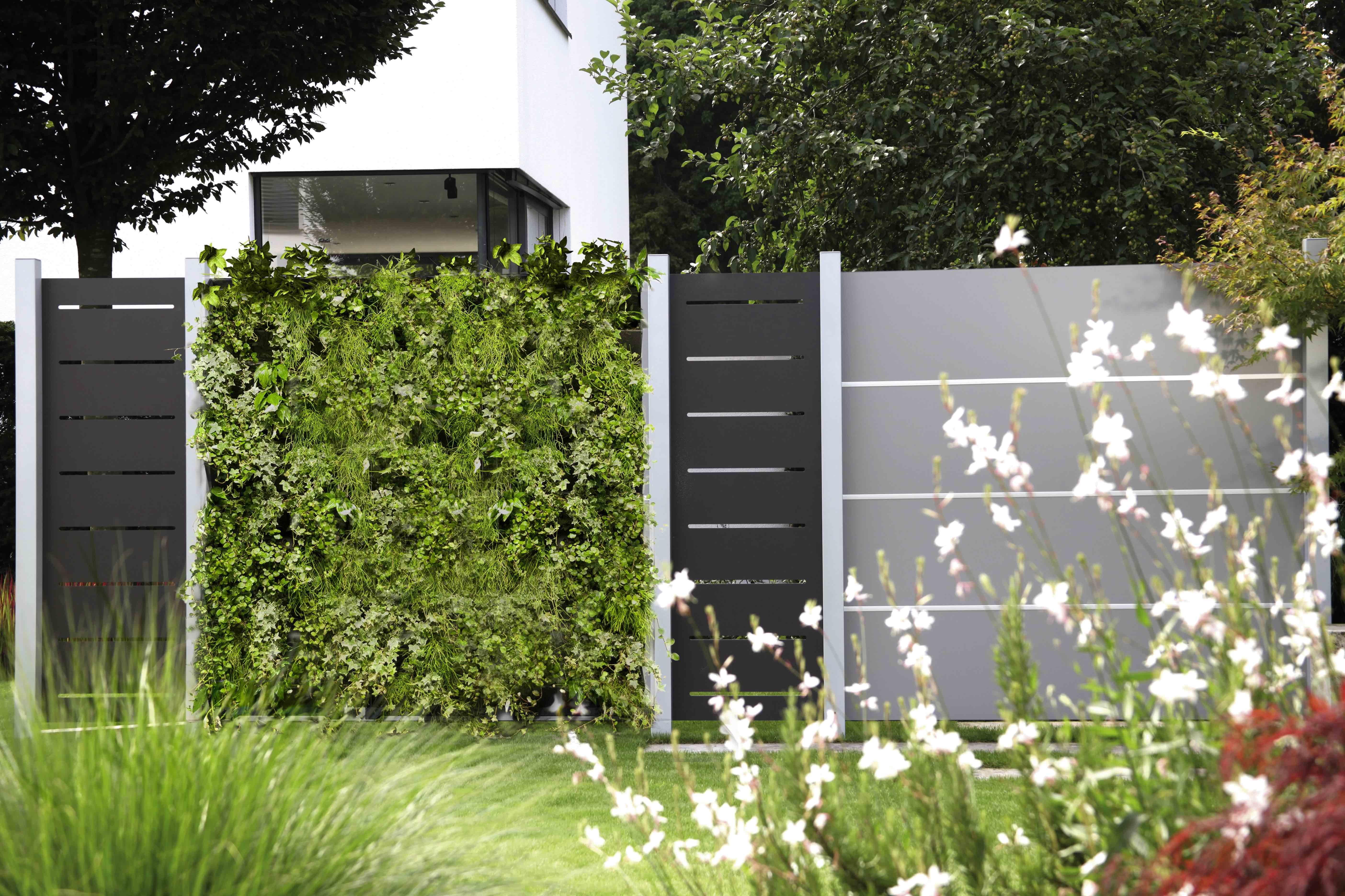 MiBaveno Living Fence verticale groenwand geïntegreerd in tuinwand