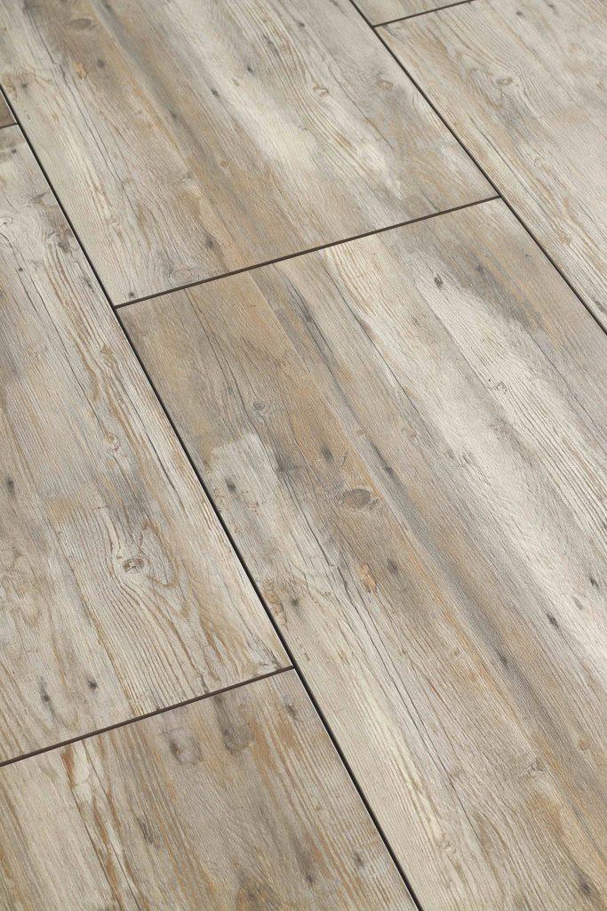 Keramische tegel met look in houtstructuur.