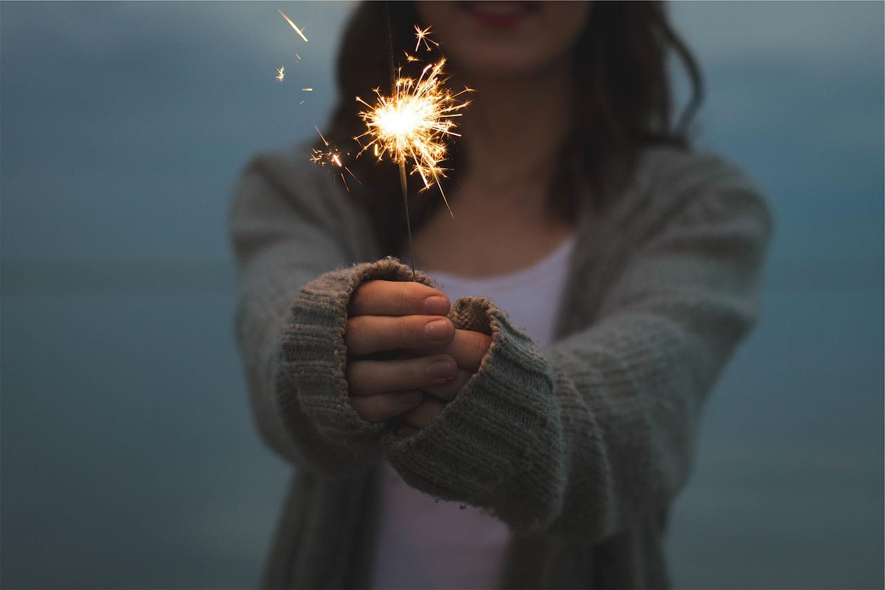 https://pixabay.com/de/photos/wunderkerze-halten-h%C3%A4nde-feuerwerk-677774/