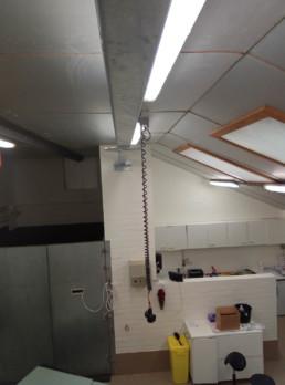 Balk voor bevestiging operatielamp in dierenkliniek