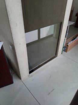 Glazen balustrade aan trapgat