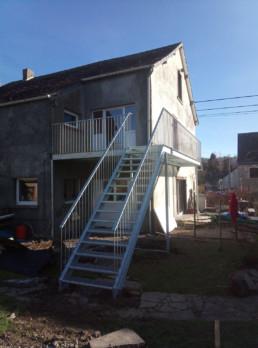 Trap en terras naar vakantiewoning op eerste verdiep