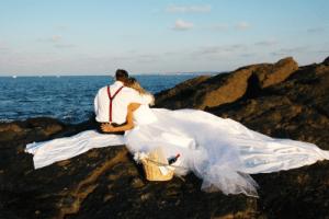 Braut und Bräutigam entspannt am Strand nach einer gelungen Hochzeitsfeier mit DJ Frank