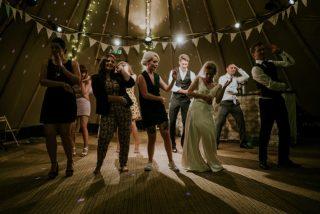 DJ Frank bringt das Brautpaar und die Hochzeitsgesellschaft in Stimmung und zum Tanzen.