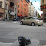 bild av skulptur mot korsning hantverkargatan i Stockholm