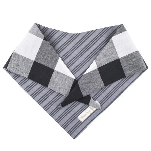 Hondenbandana met zwart wit ruitjes motief. Binnenkant is grijs gestreept. Deze hondensjaal kan dus langs twee zijden gedragen worden. Twee bandana's in 1, kan het nog beter? De bandana kan heel eenvoudig op de gewenste lengte geknoopt worden.Verkrijgbaar in 6 maten van XS tot XXL, voor zowel de allerkleinsten als de grootsten.