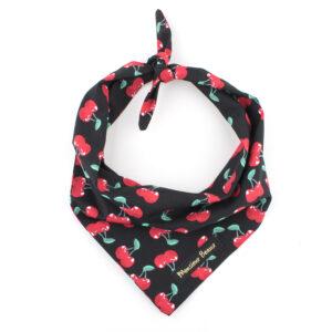 Zwarte bandana met rode kersen print. De bandana kan heel eenvoudig op de gewenste lengte geknoopt worden. Verkrijgbaar in 6 maten van XS tot XXL, voor zowel de allerkleinsten als de grootsten. Monsieur Beaux - Online shop - Bandana's, strikjes en accessoires - Gemaakt in België
