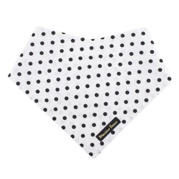 Witte bandana met zwarte stippen voor honden. Stijlvol maar heel fashion! De bandana kan heel eenvoudig op de gewenste lengte geknoopt worden. Verkrijgbaar in 6 maten van XS tot XXL, voor zowel de allerkleinsten als de grootsten.