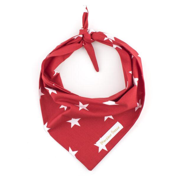 Rode bandana met witte sterren. De bandana kan heel eenvoudig op de gewenste lengte geknoopt worden. Verkrijgbaar in 6 maten van XS tot XXL, voor zowel de allerkleinsten als de grootsten.